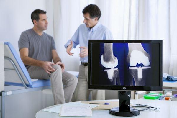 Cirujano-Ortopedista-en-Satelite-Dr-Daniel-Machuca-Especialista-en-Protesis-de-Rodilla-v001-compressor